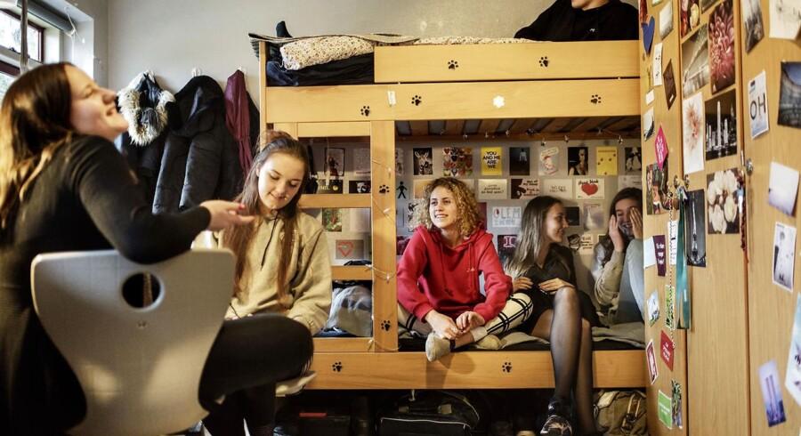 De ert klogt, at man i København fremsætter forslag om at neddrosle karaktererne i folkeskolen - på trods af at trenden fra nationalt, politisk hold er den modsatte, mener forstander Mette Sanggaard Schultz med henvisning til det stigende antal børn og unge, der lider af stress, angst og depression.