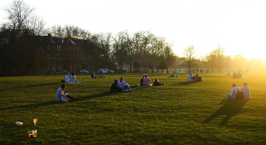 I London nyder indbyggerne i disse dage det rekordvarme februarvejr med temperaturer på over 20 grader, her Clapham Common i den britiske hovedstad.