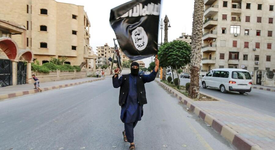 Den dømte, der hedder David Idrisson, har samtidig fået instruktioner i at lave en bombe. Det ville han ifølge retten bruge til at udføre et bombeangreb i den militante gruppe Islamisk Stats (IS) navn.