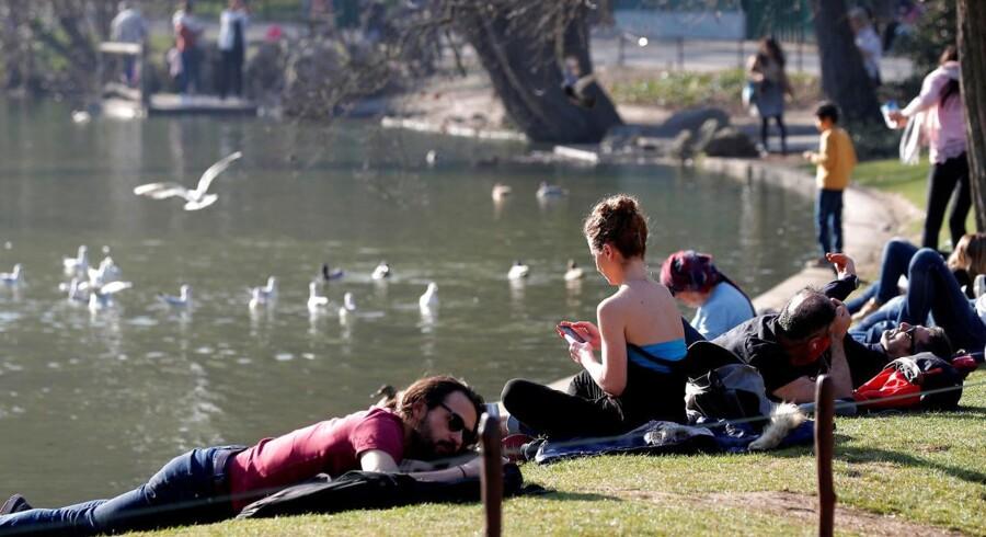 Næsten hele Vesteuropa er i disse dage ramt af helt usædvanligt varmt vejr for årstiden – her Parc des Buttes-Chaumont-parken i Paris.