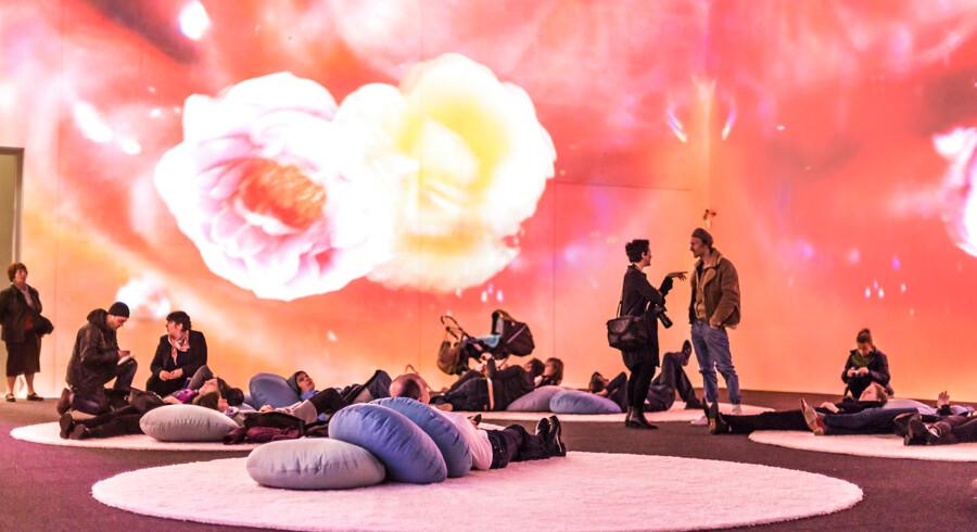 Pipilotti Rist-udstillingen på Louisiana består blandt andet af rum med store videoprojektioner og puder på gulvene, man kan sætte sig på og chille.