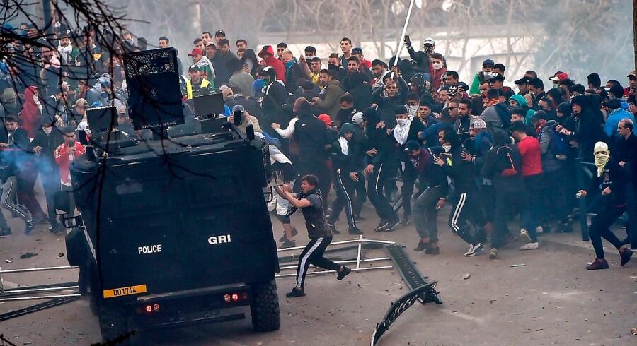 Titusinder demonstrerer i Algeriets hovedstad mod præsident Bouteflika. Politiet skyder med tåregas.