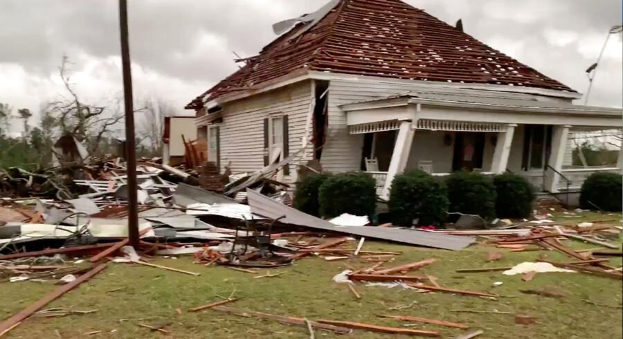 Den lille by Beauregard i Alabama blev hårdest ramt af søndagens dødelige tornadoer. Billedet af taget af Scott Fillmer og er distribueret af Reuters.