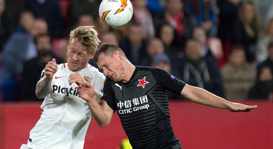 Sevilla med danske Simon Kjær i startopstillingen fik blot uafgjort mod Slavia Prag. Her er den danske landsholdsanfører i kamp mod Prags Jan Boril. Jorge Guerrero/Ritzau Scanpix