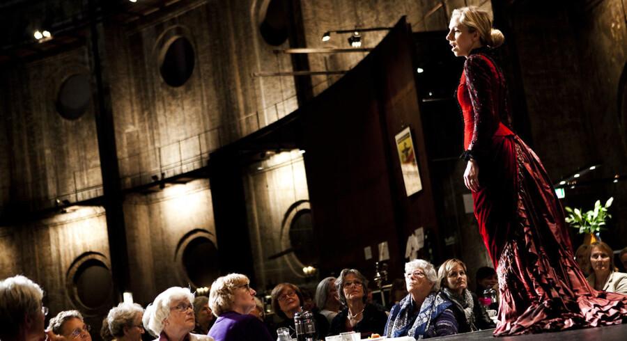 De danske kulturforbrugere er pirmær kvinder, viser undersøgelse. Tidligere har man lavet saloner kun for kvinder på Østre Gasværk på Østerbro og cigarsaloner til mændene. Billedet her er fra en salon med en operasanger.