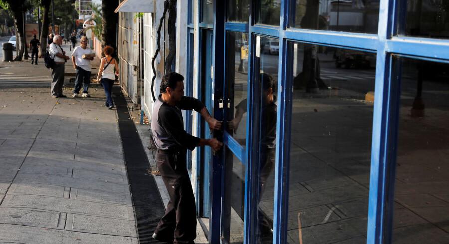 Landets præsident, Nicolás Maduro, har beordret skoler, regeringskontorer og arbejdspladser lukket, mens der arbejdes på at løse problemet.