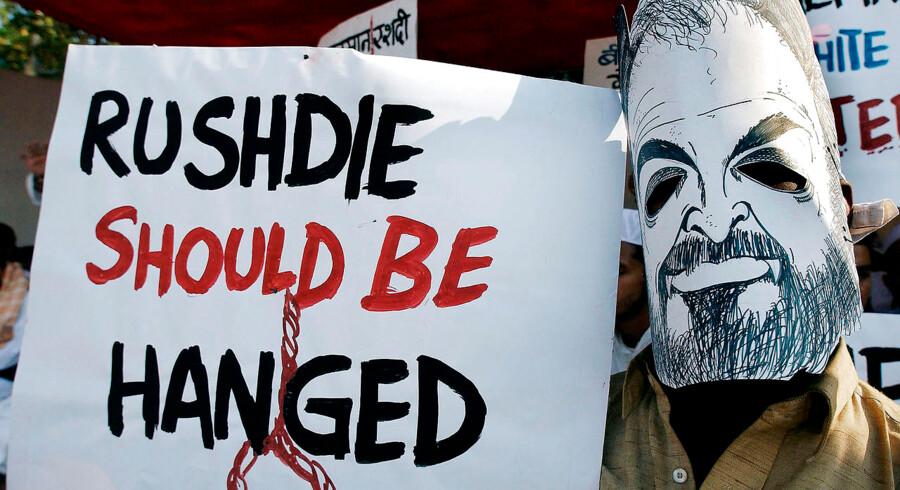 »Ytringer, der ikke har nogen konsekvenser, bør omverdenen i et liberalt samfund tåle. Det kan være irriterende, stødende og meget andet. Men rettesnoren må være: Det skal være tilladt. Ellers kan vi ikke opretholde et åbent og frit samfund,« skriver Henrik Dahl (LA). Her protesterer indiske muslimer over forfatteren til »De sataniske vers«, Salman Rushdie, i 2004.