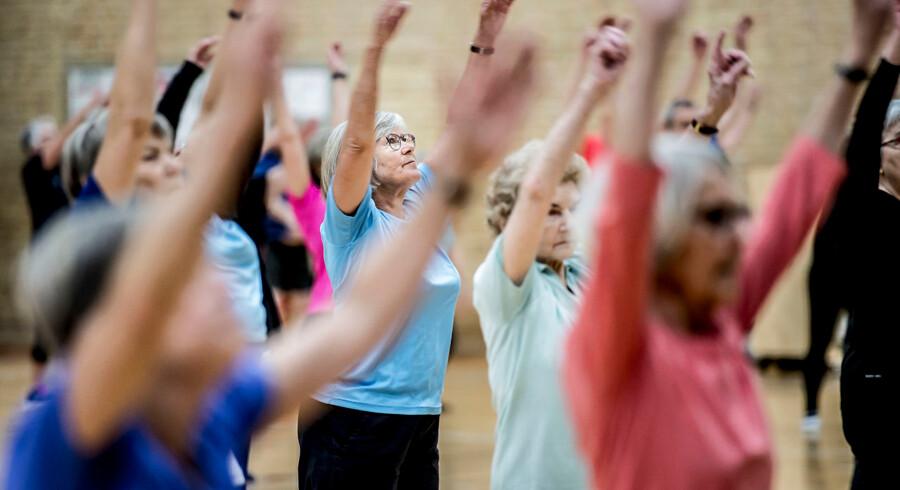 Kvinder kan i gennemsnit glæde sig over fire år mere end mænd uden en sygdomsdiagnose, viser stort dansk forskningsprojekt. Det kan både skyldes genetiske faktorer, sundere livsstil – og at sundhedssystemet måske er mindre på vagt over for f.eks. hjertesygdom hos kvinder end hos mænd. Årsagerne til forskellen skal nu klarlægges.