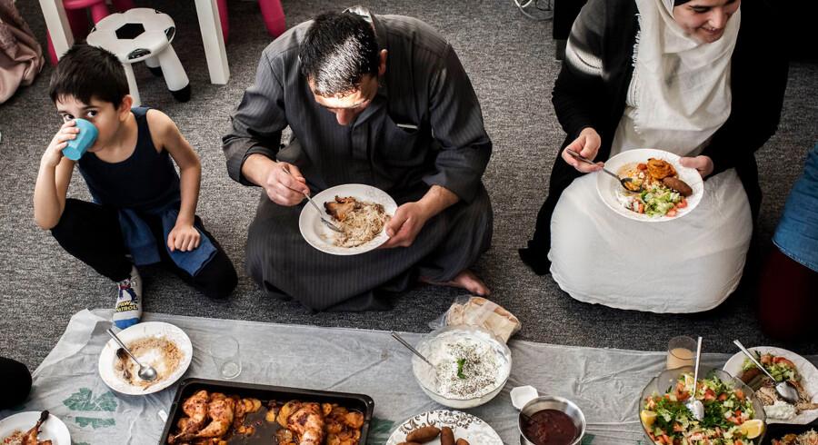 Familien Al-Imam spiser sammen. I aften spiser syvårige Jasin sammen med sin mormor, morfar, mor, to mostre, ene onkel, kusine og to søstre. Familien bor i fire lejligheder i Tingbjerg.