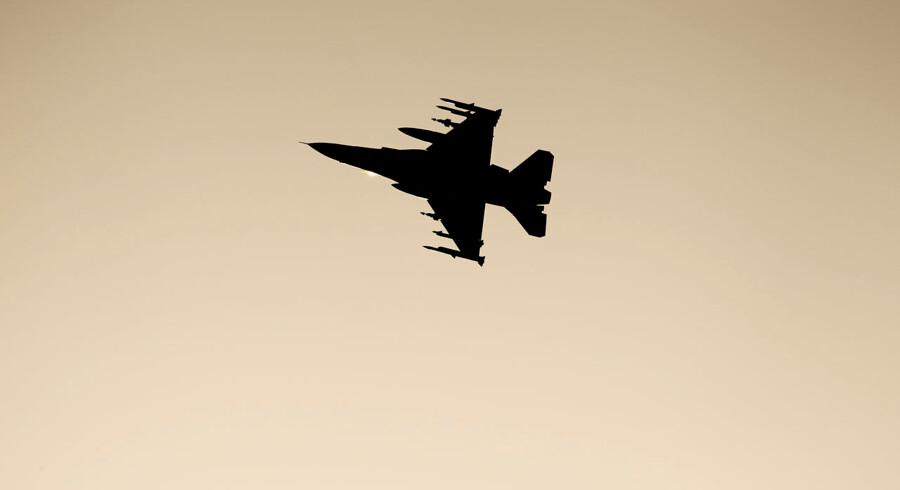»Interventionen i Libyen i 2011 viser tydeligt, hvor galt det kan gå, når beslutninger om militær intervention træffes ud fra begrænsede perspektiver,« mener skribenterne. Ved konflikten i Libyen i 2011 bidrog Danmark med fire F-16 kampfly plus to i reserve.
