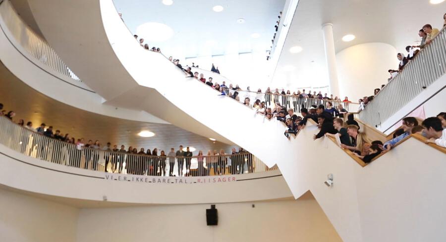 Elever fra Ørestad Gymnasium tager imod undervisningsminister Merete Riisager (LA). En del elever var utilfredse med besparelserne på undervisningsområdet og demonstrerede mod ministeren. Blandt andet med banneret »Vi er ikke bare tal, Riisager,« og ved at råbe luder ad ministeren.