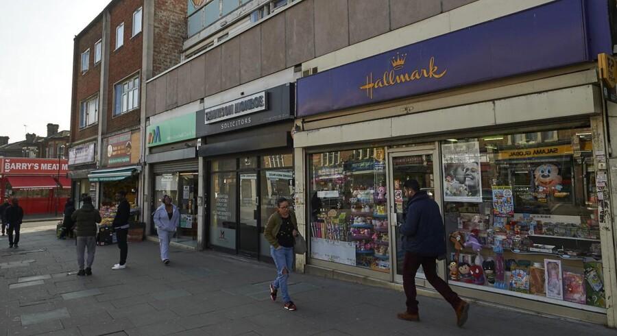 Den traditionelle britiske »high street« er truet af butikslukning, hvilket medvirker til at skabe en negativ økonomisk spiral mange steder. Samtidig rammer Brexit andre dele af økonomien.