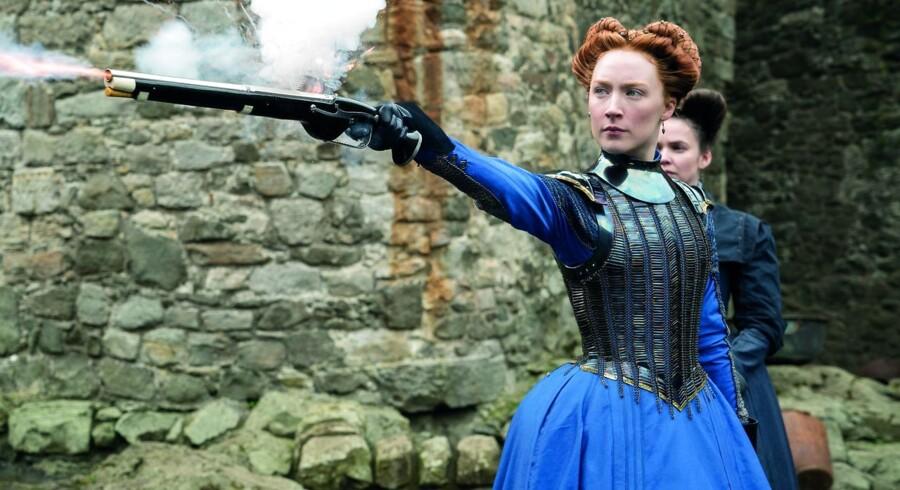 Saoirse Ronan rammer plet som den stærke, men tragiske regent i »Maria Stuart – Dronning af Skotland«.
