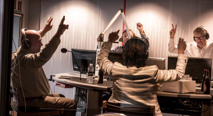Humøret var højt, da DFs Søren Espersen sammen med Karen Ellemann (V) i 2015 deltog i Radio24syv-programmet »Cordua og Steno«. Nu strammer DF skruen med nye krav om radioens udflytning til provinsen.