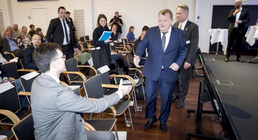 Statsminister Lars Løkke Rasmussen (V) hilste ved ankomsten til klimakonferencen i Ingeniørernes Hus på sin nye klimavismand og formand for regeringens klimaråd, professor Peter Møllgaard.