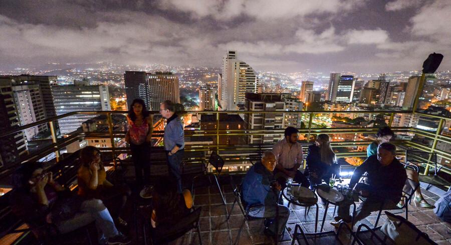 Strømmen er tilbage i Venezuelas hovedstad Caracas. Foto fra 2017, hvor medlemmer af landets velhavende mindretal hygger sig på en natklub. Luis ROBAYO / AFP