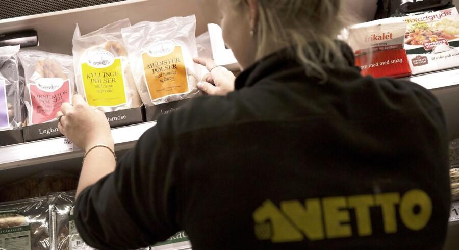 Netto-medarbejder med produkter fra Løgismose, som kapitalfonden IK Investment ejer.