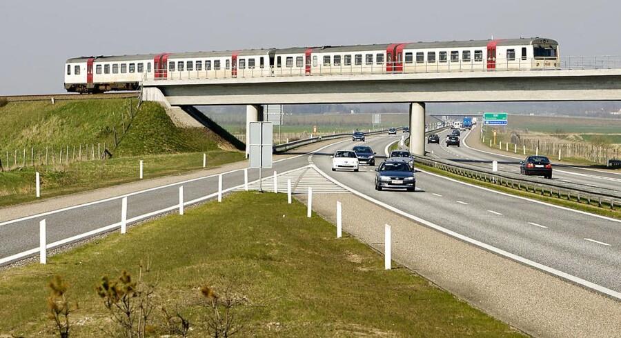 Milliarder til tog, men endnu flere milliarder til vej. Eksperter har svært ved at se det grønne stempel på regeringens og DFs store transportudspil. Her ses motorvejen ved Hirtshals.