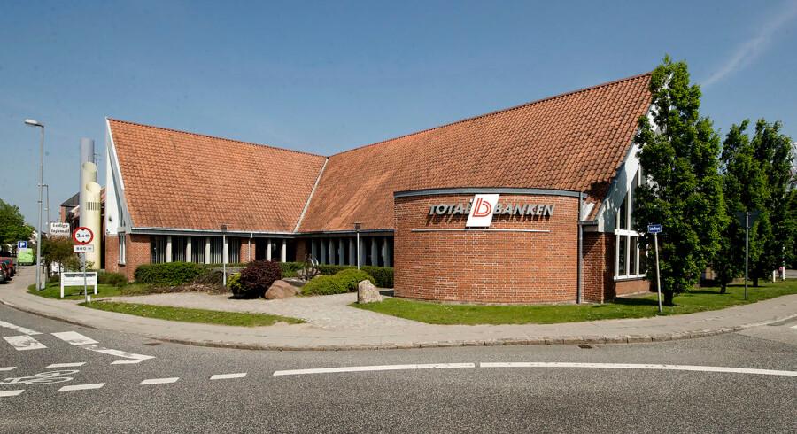 Totalbankens tilforladelige ydre i hovedsædet i Aarup på Fyn står i skarp kontrast til et beskidt opgør om magten med den lille lokalbank.