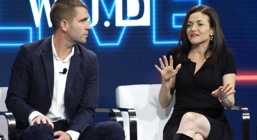 Chris Cox (til venstre) betragtedes som Facebooks nummer tre og en mulig afløser for Mark Zuckerberg. Nu har han, der her ses sammen med Sheryl Sandberg, som er Zuckerbergs højre hånd, sagt op. Arkivfoto: Glenn Chapman, AFP/Ritzau Scanpix