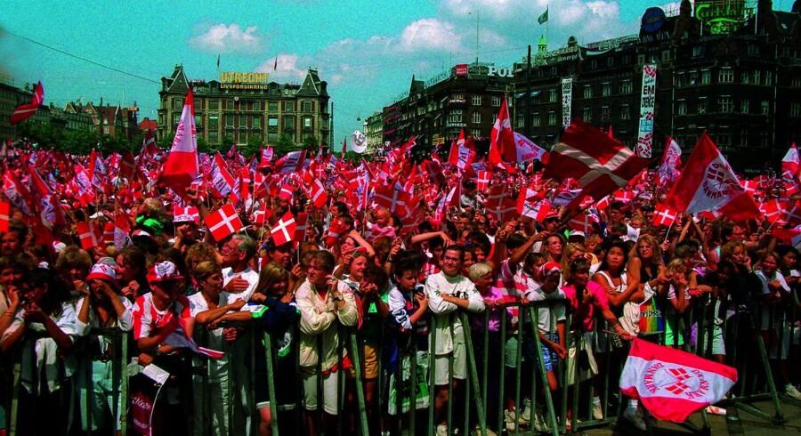 3F kører sin »velproducerede nostalgiske kampagne »Og det er Daaanmark,« hvor 1992 fremhæves som året, hvor alt var bedre end nu. Det er faktuelt på Månen. Men reklamen har søde børn og slidte ældre, Dannebrog og fodbold-fællesskab. Alt det, som rører vores følelser,« skriver Anders Krab-Johansen og efterlyser lignende tiltag fra erhvervslivets organisationer. Billedet her er fra 1992, hvor de danske EM-helte blev fejret på Rådhuspladsen.