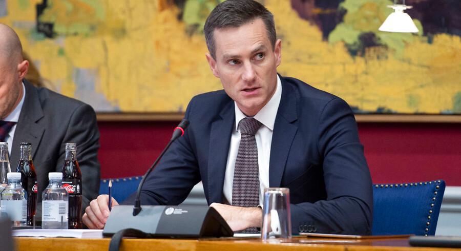 Erhvervsminister Rasmus Jarlov (K) vil se nærmere på de nye betalingstjenester for at »være foran de kriminelle hele tiden«.