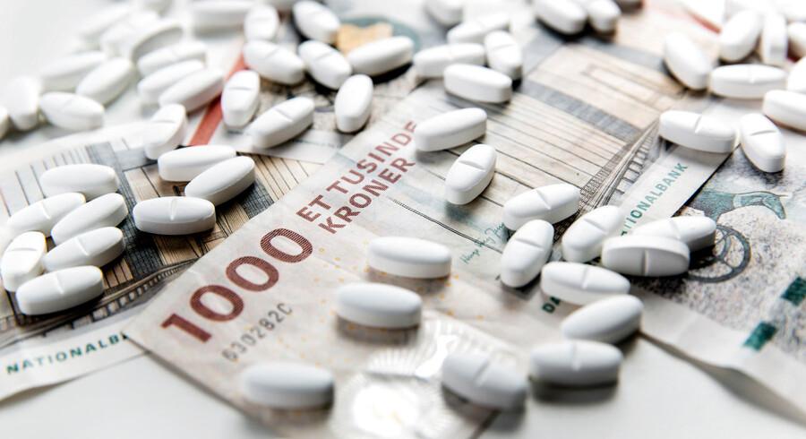 En ny aftale indebærer, at listepriserne på sygehusmedicin sænkes med 12,5 pct. over de kommende fire år, og at priserne på medicin på apotekerne fastfryses.
