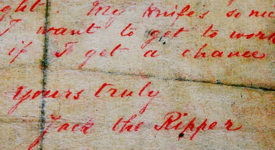Den 25. september 1888 modtog politiet i London et brev fra Jack the Ripper. Krimiforfatteren Patricia Cornwell brugte det til at identificere Jack the Ripper. Men nu er nye beviser dukket op, hvor et sjal med blod- og sædpletter er brugt til en DNA-undersøgelse.AFP PHOTO/Carl de Souza