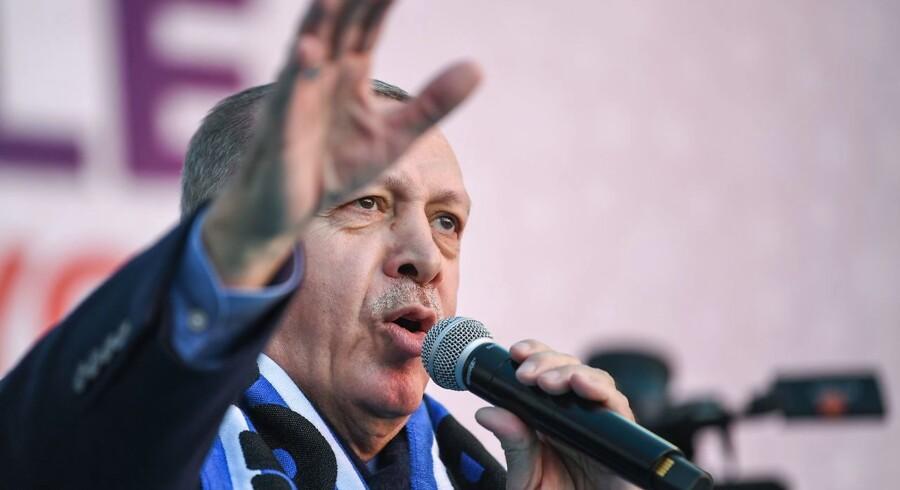 Tyrkiets præsident, Recep Tayyip Erdogan, har gentagne gange vist video fra massakre i New Zealand til sine vælgermøder. Han advarer newzealændere mod at angribe Tyrkiet.