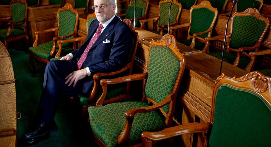 Folketingets tidligere formand Thor Pedersen (V), fotograferet på sin daværende plads i Folketingssalen i 2010. Thor Pedersen bakker den nuværende formand, Pia Kjærsgaard, op. Han mener ikke, børn hører hjemme i Folketingssalen.