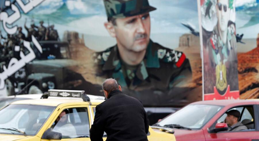 Forholdene i området omkring den syriske hovedstad Damaskus er i bedring, og snart vil de danske myndigheder skulle tage stilling til, om flygtninge derfra skal have opholdstilladelse i Danmark. Det kan ende med, at syriske flygtninge kan sendes tilbage til Syrien. På billedet ses et stort vægmaleri af den syriske præsident Bashar al-Assad.