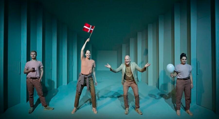 Lærerteamet klar til indoktrinering af de nye elever i Teater Grobs overvejende komiske gennemgang af store og især små hverdagsproblemer. Fra venstre: Morten Kjær, Lise Lauenblad, Lars Bom og Camilla Lau.