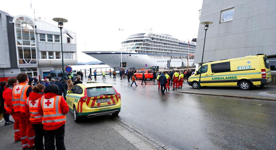 Søndag kort efter middagstid er helikopterevakueringen ophørt, og de resterende personer om bord på krydstogtet er på vej sikkert i den nærmeste havn i Moldefjorden. En sejltur på 80 kilometer.