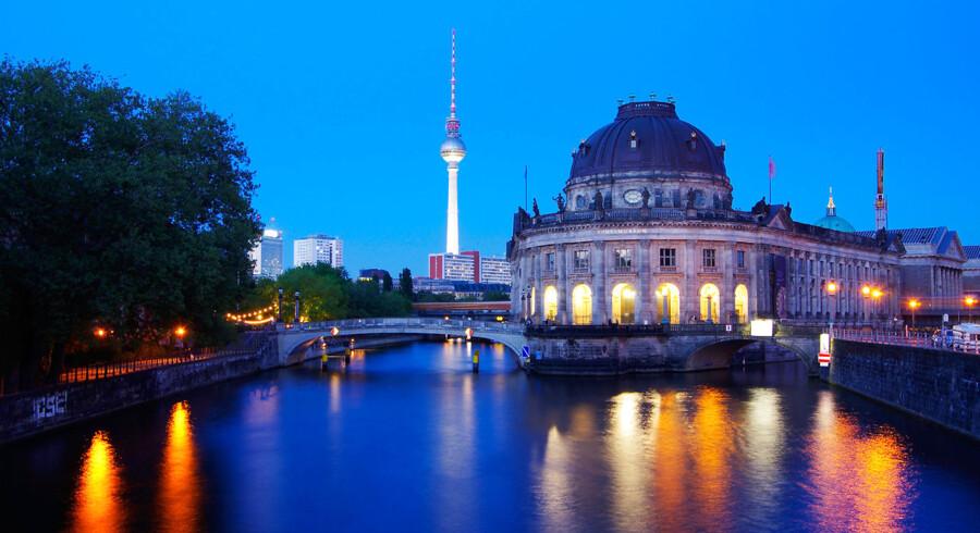Det gamle Berlin med domkirken møder den moderne bys fjernsyntårn ved Alex'platz.