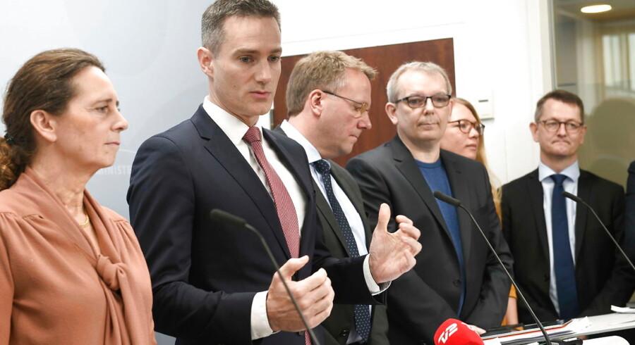 Erhvervsminister Rasmus Jarlov og de tilstedeværende ordførere i den finansielle forligskreds afholder pressemøde i Erhvervsministeriet oven på politisk forlig om styrkelse af indsatsen mod finansiel kriminalitet, i Erhvervsministeriet onsdag den 27. marts 2019.