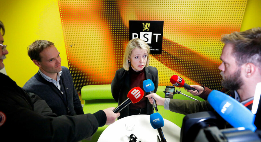 Den norske efterretningstjeneste PST og tjenestens chef, Marie Benedicte Bjørnland, er kommet under pres, efter at det norske Stortinget har fremlagt en stærkt kritisk rapport om efterretningstjenesten.