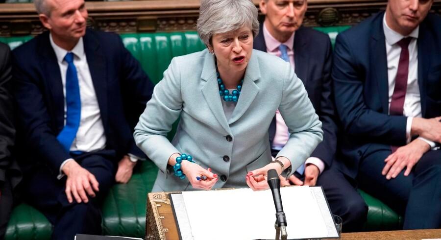 Theresa May på talerstolen i parlamentet – og med tre af sine mandlige regeringsmedlemmer bag sig. I øjeblikket er der 22 medlemmer af hendes kabinet, og tre af dem er kvinder.