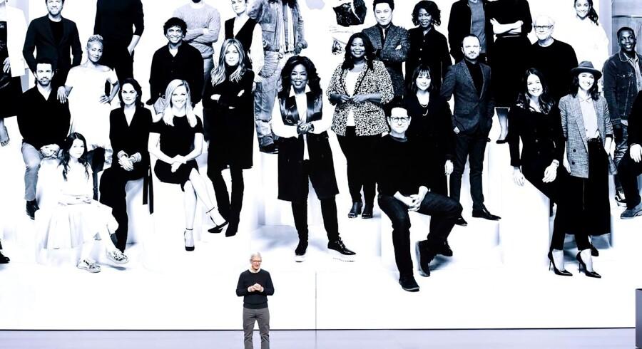Apple's CEO Tim Cook gjorde intet for at skjule sin stolthed over alle de supernavne, der bliver del af Apples nye Netflix-konkurrent Apple TV+. Steven Spielberg, Oprah Winfrey, Reese Witherspoon, Ewan McGregor, Steve Carell og J.J. Abrams er blot nogle af de etablerede showbiz-navne, der er med i shows eller laver dem til den nye streamingkanal, der udkommer til efteråret. Foto: Michael Short/Getty Images
