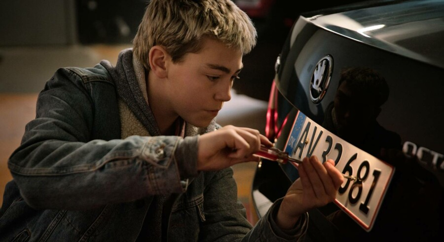 Børnemagt! 13-årige Benjamin (Rumle Kærså) gør sit bedste for at snyde de onde voksne i familiefilmen »Hacker«.