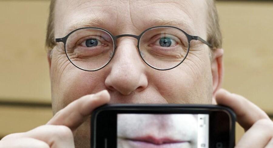 Henrik Føhns – og ikke mindst hans stemme – er kendt af mange danskere fra 25 år som vært på DR-programmet Harddisken på P1. Nu bliver hans virke for at gøre teknologi forståelig hædret. Arkivfoto: Mikkel Møller Jørgensen, Ritzau Scanpix