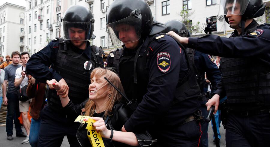 Maria Baronova bliver tilbageholdt af politi i det centrale Moskva under en protest mod korruption i regeringen i 2017. Efter kun én time var over 200 mennesker blevet tilbageholdt i Moskva og Sankt Petersborg. VASILY MAXIMOV / AFP