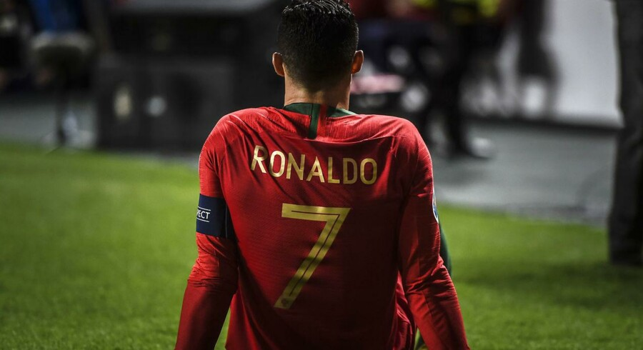 Til sommer kommer Cristiano Ronaldo til Sverige med Juventus. Her er han dog i sit hjemlands røde spilledragt i en kamp forleden mod Serbien.