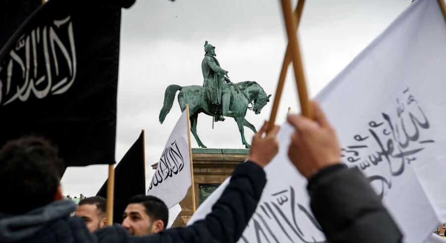 Hizb ut-Tahrir afholder fredagsbøn på Slotspladsen foran Christiansborg. Flere moddemonstrationer fandt sted samme dag, og en betjent har henvendt sig til flere demonstranter, der deltog ved lovligt anmeldte demonstrationer og irettesat deres optræden, fordi de buhede.