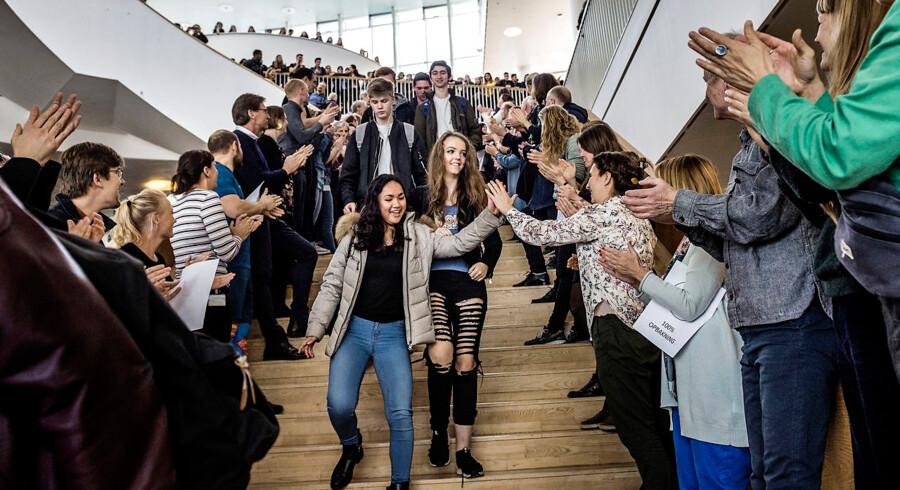 Fredag overraskede lærerne på Ørestad Gymnasium deres elever ved at stille sig op i spisefrikvarteret og klappe ad dem efter det tumultariske forløb om det afbrudte ministerbesøg. Det står nu klart, at eleverne ikke bliver straffet for deres opførsel under besøget.