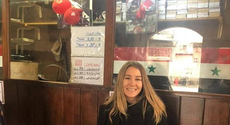 Alle, som Marie Meier mødte på sin tur, elsker Syriens diktator, Bashar al-Assad, som der er plakater af overalt. Hun fornemmede aldrig, at folk var politiske, når de talte med hende og følte sig ikke presset til at reklamere for landet. Ingen, hun mødte, omtalte »krigen«, som har hærget landet de sidste otte år, men talte blot om de »begivenheder«, der var sket, og at »krisen« heldigvis snart er overstået.