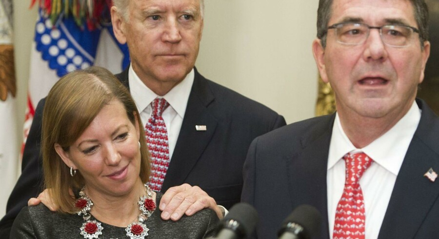 Joe Biden er under anklage for at være »creepy« og for nærgående over for kvinder. Her taler daværende forsvarsminister Ashton Carter med sin kone Stephanie ved sin side 17. februar 2015, mens vicepræsident Joe Biden står bagved med hænderne på hans kones skuldre. Stephanie Carter er dog ikke blandt de to kvinder, der nu anklager Joe Biden for upassende opførsel. Arkivfoto: Saul Loeb/AFP/Ritzau Scanpix