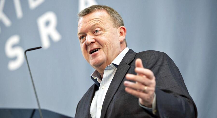 »Jeg kan kun beundre hans utrolige arbejdsevne og overblik – og evne til som en korkprop at komme op igen, når han er nede. Hans dybe engagement i folkeskolen og velfærdsgoderne. Hans succes med at skabe valgfrihed og kortere ventetider i sundhedssektoren,« skriver Bertel Haarder om Lars Løkke Rasmussen.
