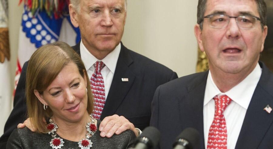 I årevis har det været åbent, at Joe Biden ofte rører, krammer og nogle gange også kysser kvinder i håret. Men nu siger fire kvinder, at de har fundet det grænseoverskridende. Selv siger han, at han blot har villet udvise »hengivenhed, støtte og trøst«, og det ikke var hans hensigt »at handle stødende«. Billedet er fra 2015, da Joe Biden var vicepræsident, og kvinden på billedet er Stephanie Carter, hustru til daværende forsvarsminister Ashton Carter (th.).