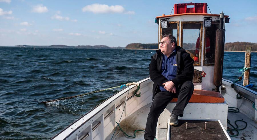 Allan Buch er formand for Bælternes Fiskeriforening og repræsenterer blandt andre fiskere på østkysten. Han undrer sig over, at både fra Limfjorden fisker muslinger i Storebælt. Gennem flere år har østjyske fiskere forgæves forsøgt at få lov til præcis det samme. Dermed kan fiskerne være gået glip af mange ton muslinger, siger han.