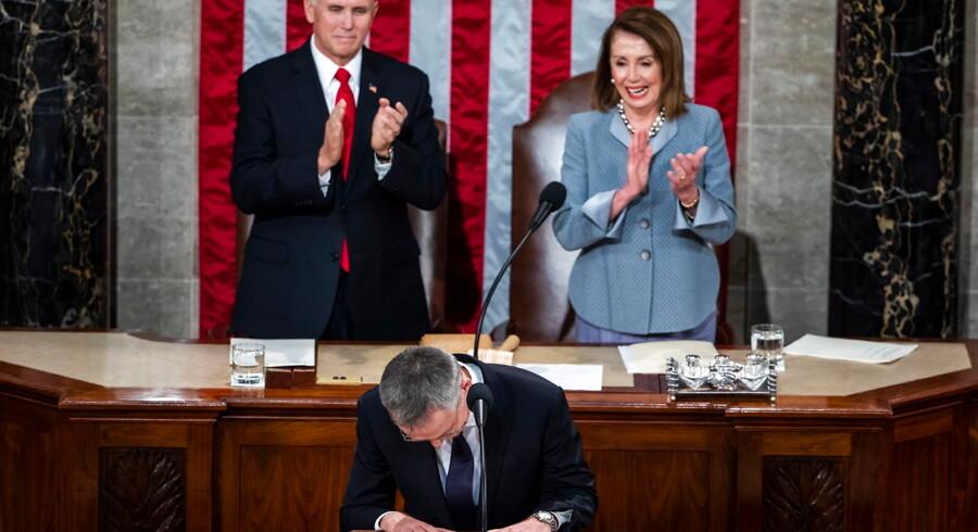 Højdepunktet under NATOs 70 års jubilæums-topmøde i Washington de seneste to dage blev den tale, som NATO-generalsekretær Jens Stoltenberg holdt for Kongressen. Klapsalverne ville ingen ende tage. Her vicepræsident Mike Pence og Demokraternes majoritetsleder i Repræsentanternes Hus, Nancy Pelosi, i fælles tværpolitisk hyldest.